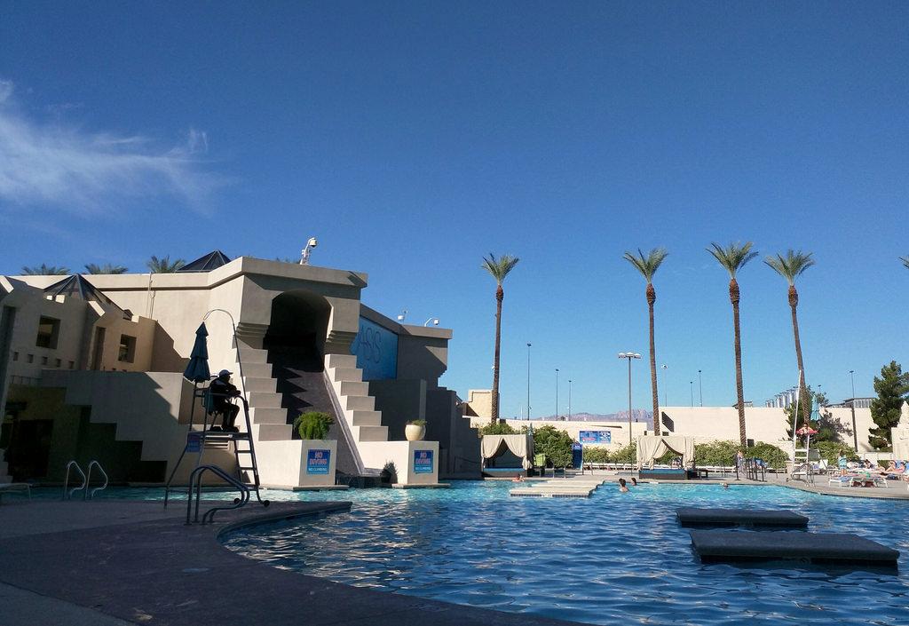 22 hours in las vegas pleia2 39 s blog - Luxor hotel las vegas swimming pool ...
